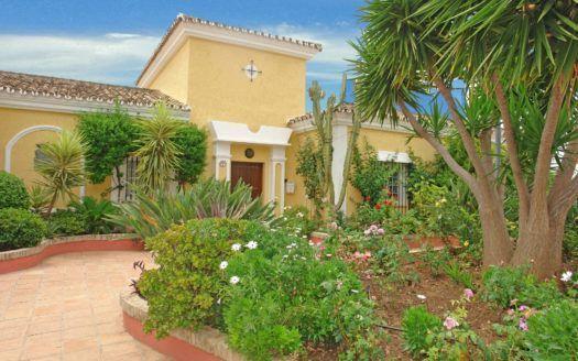 ARFV1433 - Bonita villa en venta en Los Naranjos Hill Club in Nueva Andalucia con vistas al mar