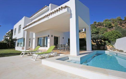 ARFV2114 - Moderna villa con vistas al mar en el campo de golf en venta en La Alquería en Benahavis.