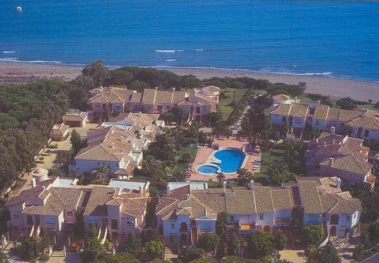 ARFTH079 - Casa adosada en venta en Costalita en Estepona directamente en la playa