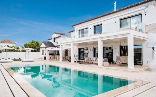 ARFV1999 - Villa en venta en la urbanización de la playa en la Milla de Oro en Marbella