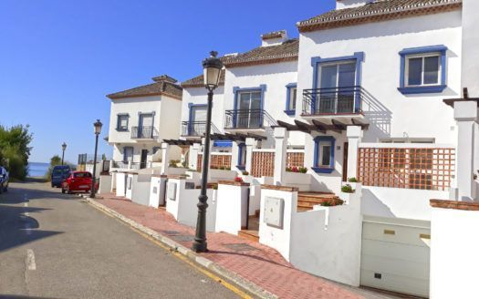 ARFTH136 - Casas adosadas de primera ocupación para la venta directamente en la playa de Estepona