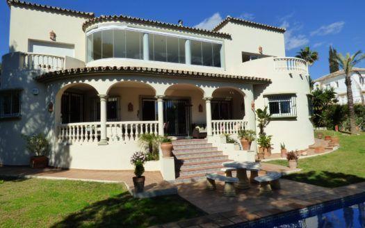 ARFV1963 - Elegante villa en venta en primera línea de playa en Marbesa en Marbella Este