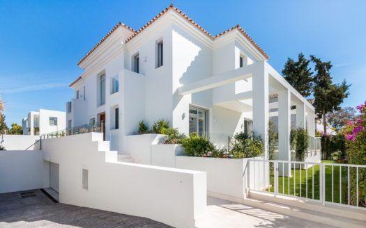 ARFV2116 - Moderna y flamante villa en primera línea de playa en Puerto Banús en Marbella