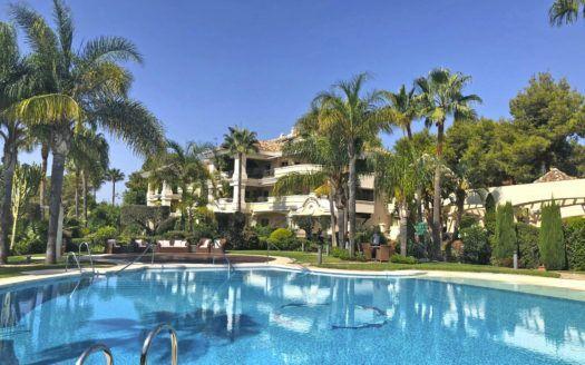 ARFA832 - Elegante apartamento en venta en Altos Reales en Marbella con vistas al mar