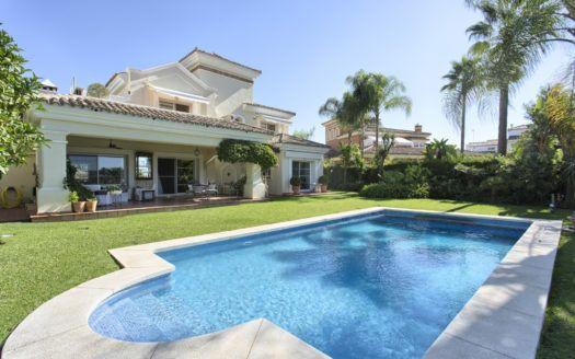 ARFV2129-304 - Elegante villa en venta directamente en el campo de golf de La Quinta cerca de Marbella
