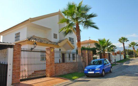 ARFV1900 - Bonita villa en venta en una cuidada urbanización de playa en Las Chapas en Marbella