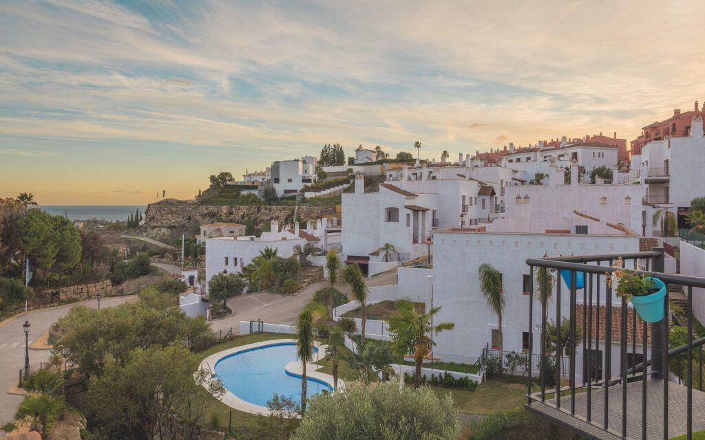 ARFA1396 Vida moderna en un pueblo mediterráneo de El Paraíso cerca de Benahavis