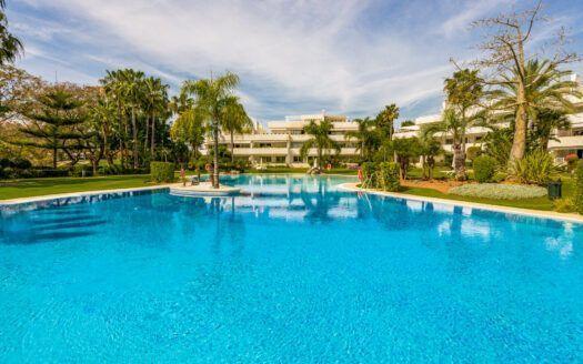 ARFA1430-350 Apartamento en primera línea de golf en Las Brisas en Nueva Andalucia