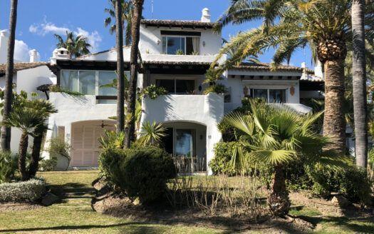 ARFTH126 Casa adosada en venta directamente en la playa en Costalita en Estepona