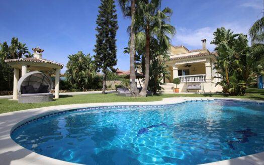 ARFV2195 Elegante Villa con elementos modernos en la Nueva Milla de Oro