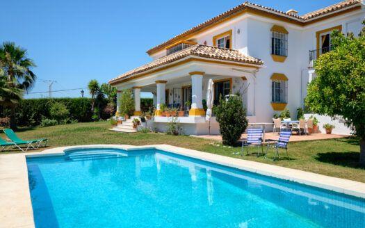 ARFV2204-393 Villa de estilo andaluz en Guadalmina Alta