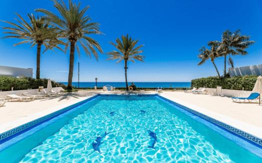 ARFTH170 Elegante casa en la playa con vistas al mar en una comunidad cerrada en Marbella